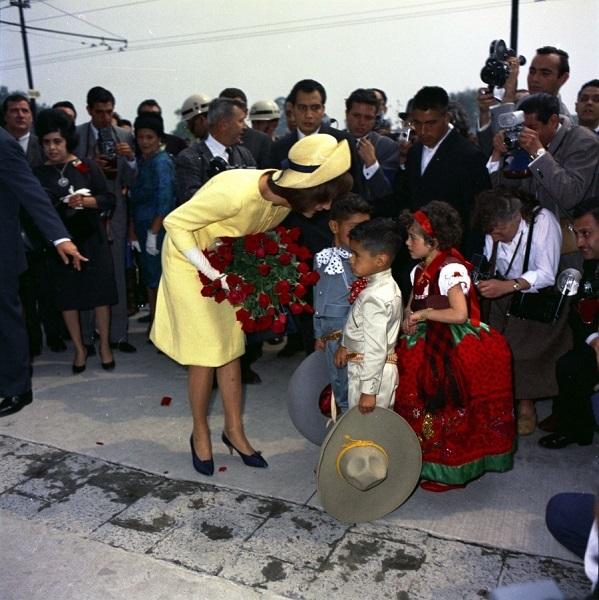 JFKWHP-ST-C1-21-62. La primera dama Jacqueline Kennedy visita a niños en el Instituto Nacional de Protección a la Infancia en la Ciudad de México, México, 30 de junio de 1962.
